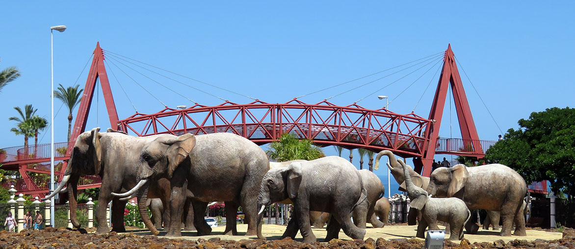 Easter Island African Elephants / Isla de Pascua Elefantes Africanos
