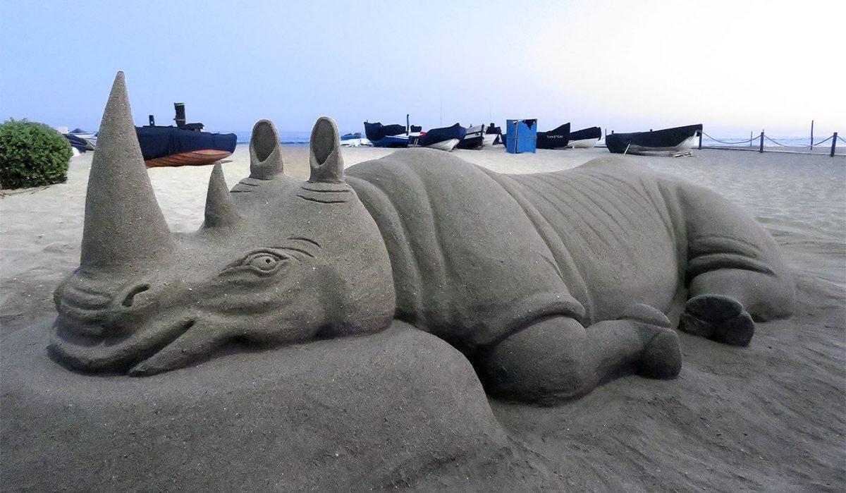 An Odd Ungulate and Sand Scorpions / Un Ungulado Impar y Escorpiones de Arena
